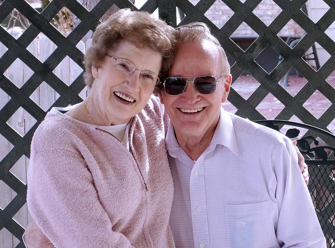 זוג מבוגר, מתחבקים, מחייכים